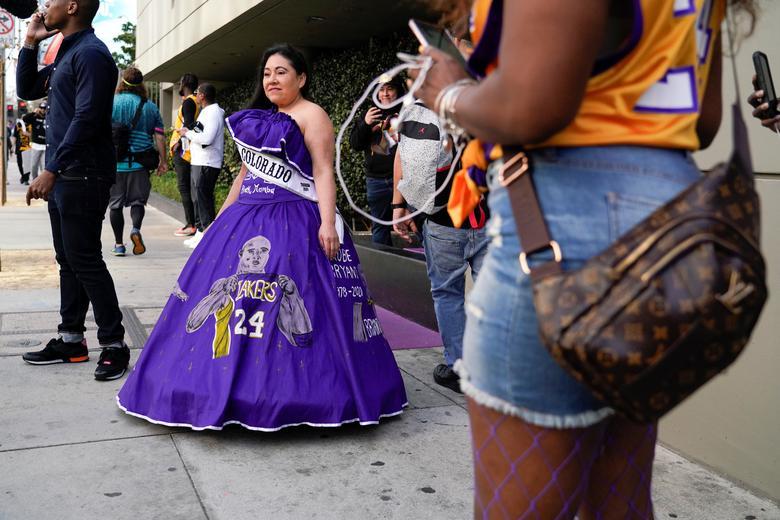 Los fanáticos esperan en la fila antes del monumento público para el gran Kobe Bryant de la NBA, su hija y otras siete personas en el Staples Center en Los Ángeles, California, el 24 de febrero. REUTERS / Kyle Grillot