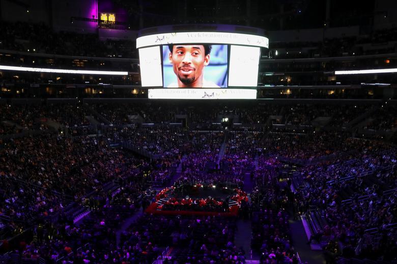 La imagen del gran Kobe Bryant de la NBA se ve en una pantalla durante un memorial público en el Staples Center de Los Ángeles, California, el 24 de febrero. REUTERS / Lucy Nicholson