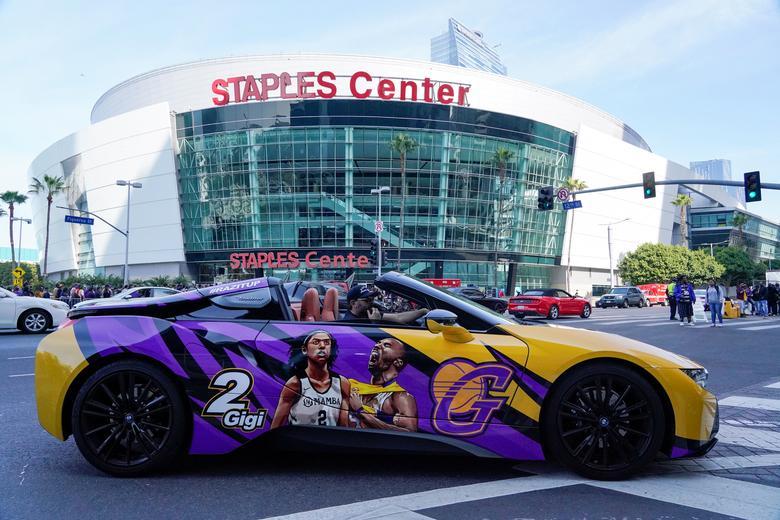 Un fanático con un auto pintado personalizado conduce a través de LA Live para la NBA Kobe Bryant, su hija y otros siete muertos en un accidente de helicóptero, en el Staples Center de Los Ángeles, California, el 24 de febrero. REUTERS / Kyle Grillot