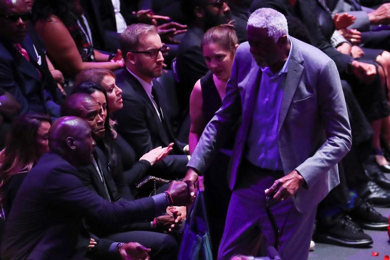 Los ex jugadores de baloncesto Michael Jordan y Bill Russell se dan la mano durante un memorial público para el gran Kobe Bryant de la NBA, su hija Gianna y otras siete personas en el Staples Center de Los Ángeles, California, el 24 de febrero. REUTERS / Lucy Nicholson
