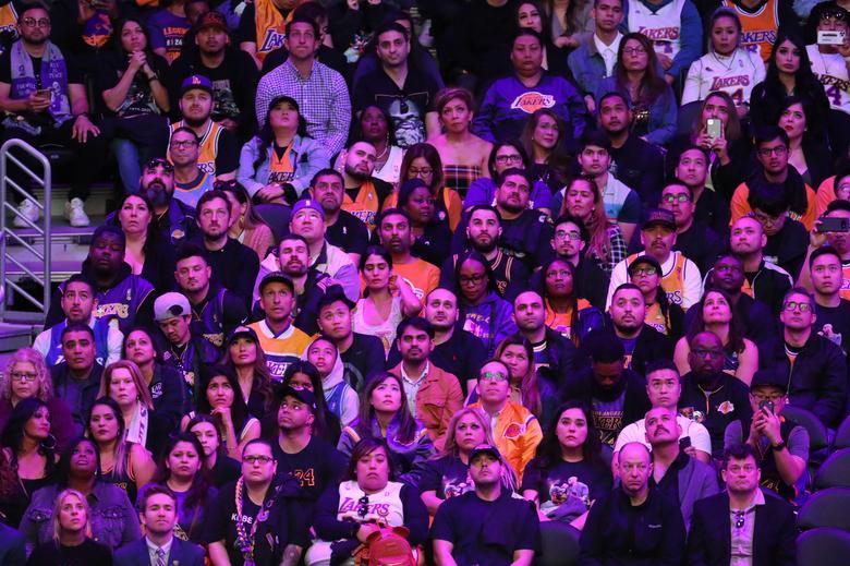 Las personas asisten a un monumento público para el gran Kobe Bryant de la NBA en el Staples Center de Los Ángeles, California, el 24 de febrero. REUTERS / Lucy Nicholson