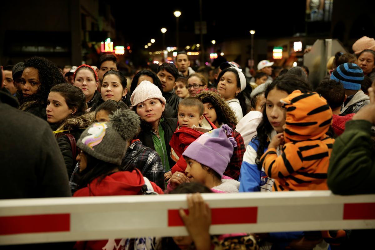 U.S. shuts border bridge to stop migrants rushing across from Mexico
