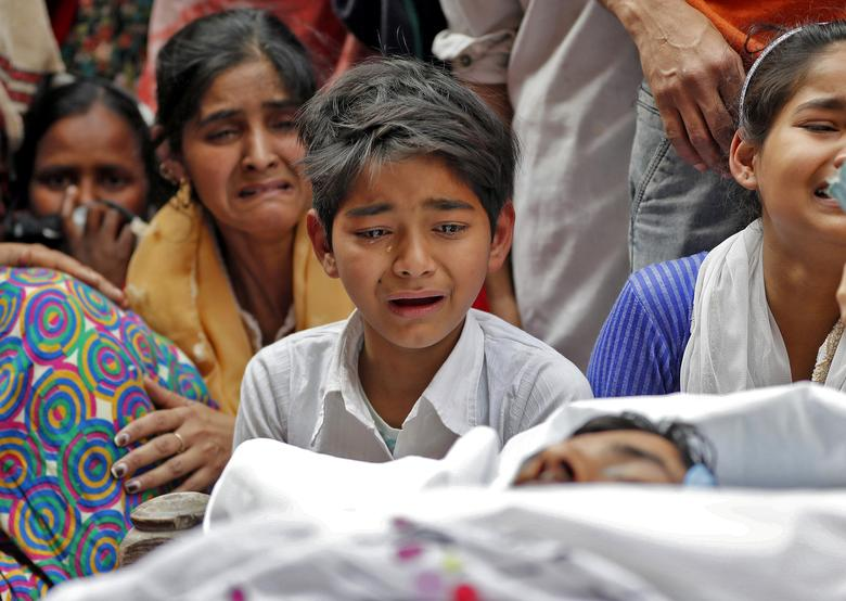 SENSITIVE MATERIAL. THIS IMAGE MAY OFFEND OR DISTURB People mourn next to the body of Muddasir Khan, who was wounded on Tuesday in a clash between people demonstrating for and against a new citizenship law, after he succumbed to his injuries, in a riot affected area in New Delhi, February 27, 2020. REUTERS/Adnan Abidi