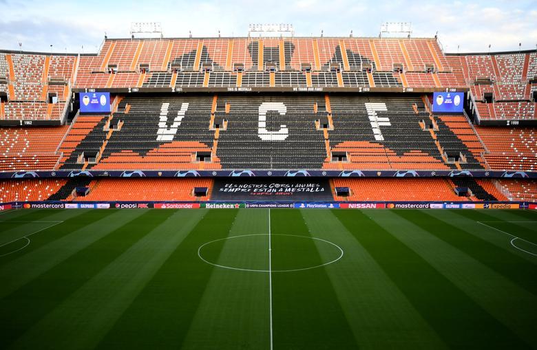 """Іспанська сторона заявила в неділю, що п'ять членів ігрового загону і співробітники клубу """"Ла Ліга"""" у Валенсії дали позитивний результат на коронавірус. «Valencia CF повідомляє, що п'ять позитивних випадків коронавируса COVID-19 були виявлені серед співробітників і гравців першої команди», - йдеться в заяві клубу. «Всі ці люди зараз вдома, в доброму здоров'ї і дотримуються заходи самоізоляції». Пул УЄФА / роздатковий матеріал через REUTERS"""