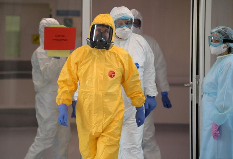 Putin Dons Hazmat Suit During Hospital Visit as Moscow Says Coronavirus Outbreak in Russia is Worse Than It Looks