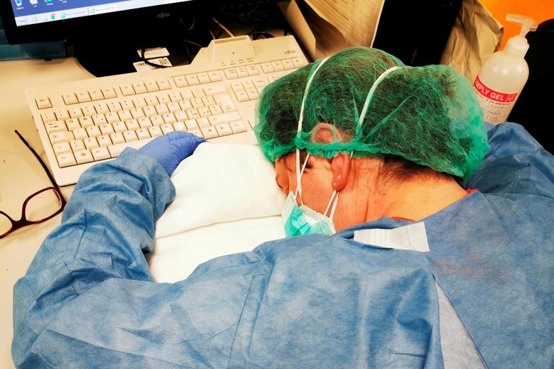 Una enfermera descansa durante un turno de noche en un hospital de Cremona, Italia, el 8 de marzo. Francesca Mangiatordi / @ france_exa / via REUTERS