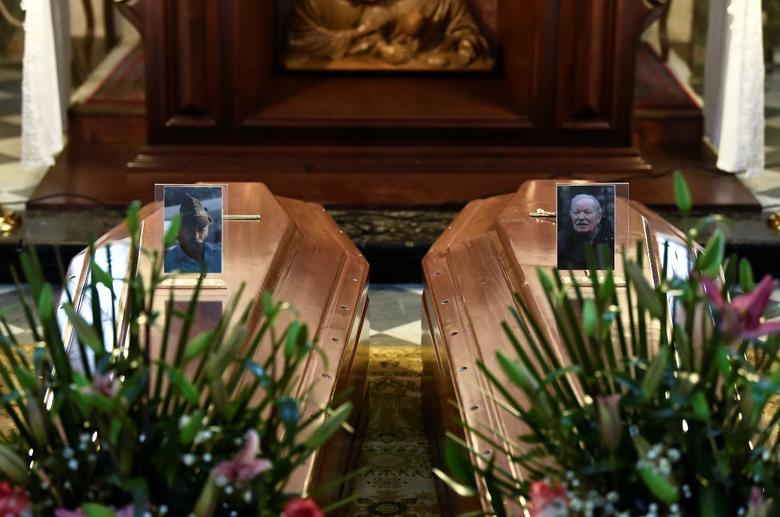 Se ven fotos de víctimas de coronavirus en sus ataúdes dentro de una iglesia en Serina, cerca de Bérgamo, el 22 de marzo. REUTERS / Flavio Lo Scalzo