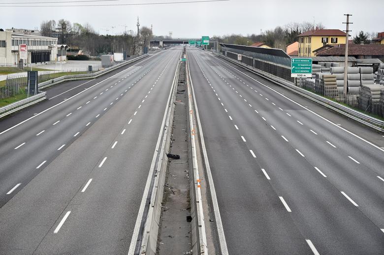 La autopista A4 se ve vacía cerca de Milán, el 22 de marzo. REUTERS / Flavio Lo Scalzo