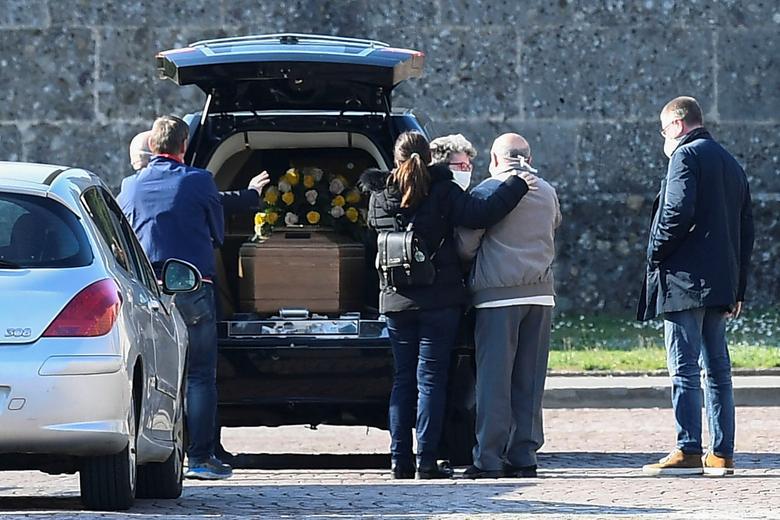 Familiares de una persona que murió de coronavirus llegan a un cementerio en Bérgamo, el 16 de marzo. REUTERS / Flavio Lo Scalzo