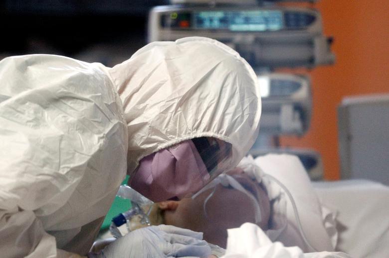 Trabajadores médicos tratan a un paciente que padece coronavirus en una unidad de cuidados intensivos en el hospital Casalpalocco, un hospital en Roma que se ha dedicado a tratar casos de la enfermedad, el 24 de marzo. REUTERS / Guglielmo Mangiapane