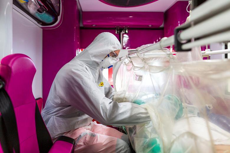 Un trabajador médico monitorea a un paciente de coronavirus que es transferido en una ambulancia desde la unidad de cuidados intensivos del Hospital Gemelli al Hospital Columbus Covid, que ha sido asignado como hospital de tratamiento de coronavirus en Roma, el 16 de marzo. Gemelli Policlinico / vía REUTERS