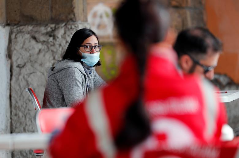 Una mujer que llevaba una máscara protectora espera para donar sangre después de los llamamientos de los hospitales y el gobierno italiano para donaciones de sangre para ayudar a tratar a pacientes con coronavirus, en un centro de la Cruz Roja Italiana en Roma, el 17 de marzo.
