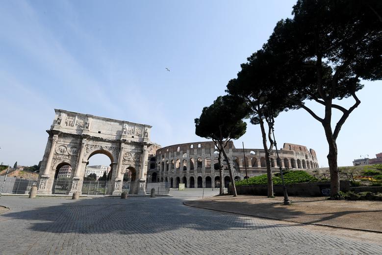 El Arco de Constantino se ve en Roma mientras los italianos se quedan en casa como parte del encierro, el 22 de marzo. REUTERS / Alberto Lingria