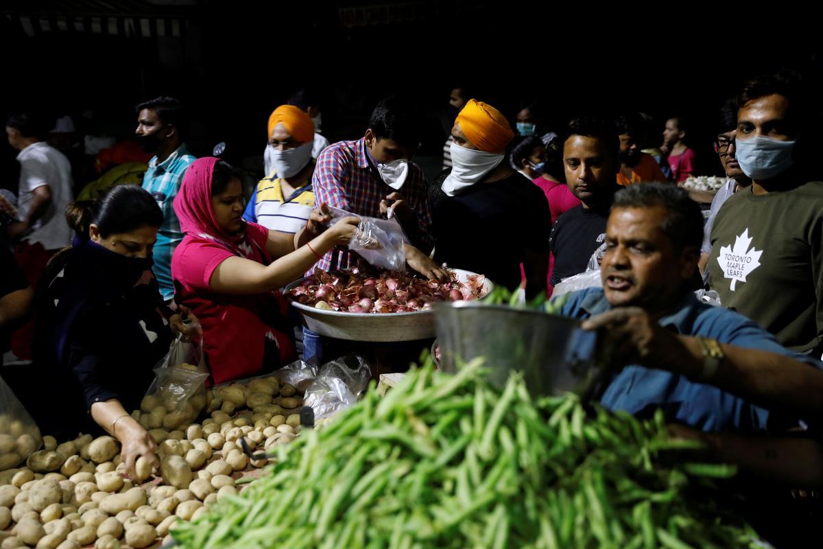 India struggles with coronavirus shutdown; Pakistan cases hit 1,000