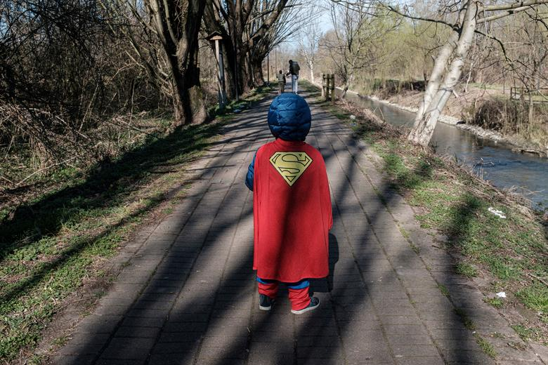 Ребенок, одетый в костюм Супермена, идет по улице в Казальпустерленго, Италия, 26 февраля 2020 года. Марцио Тониоло / via REUTERS