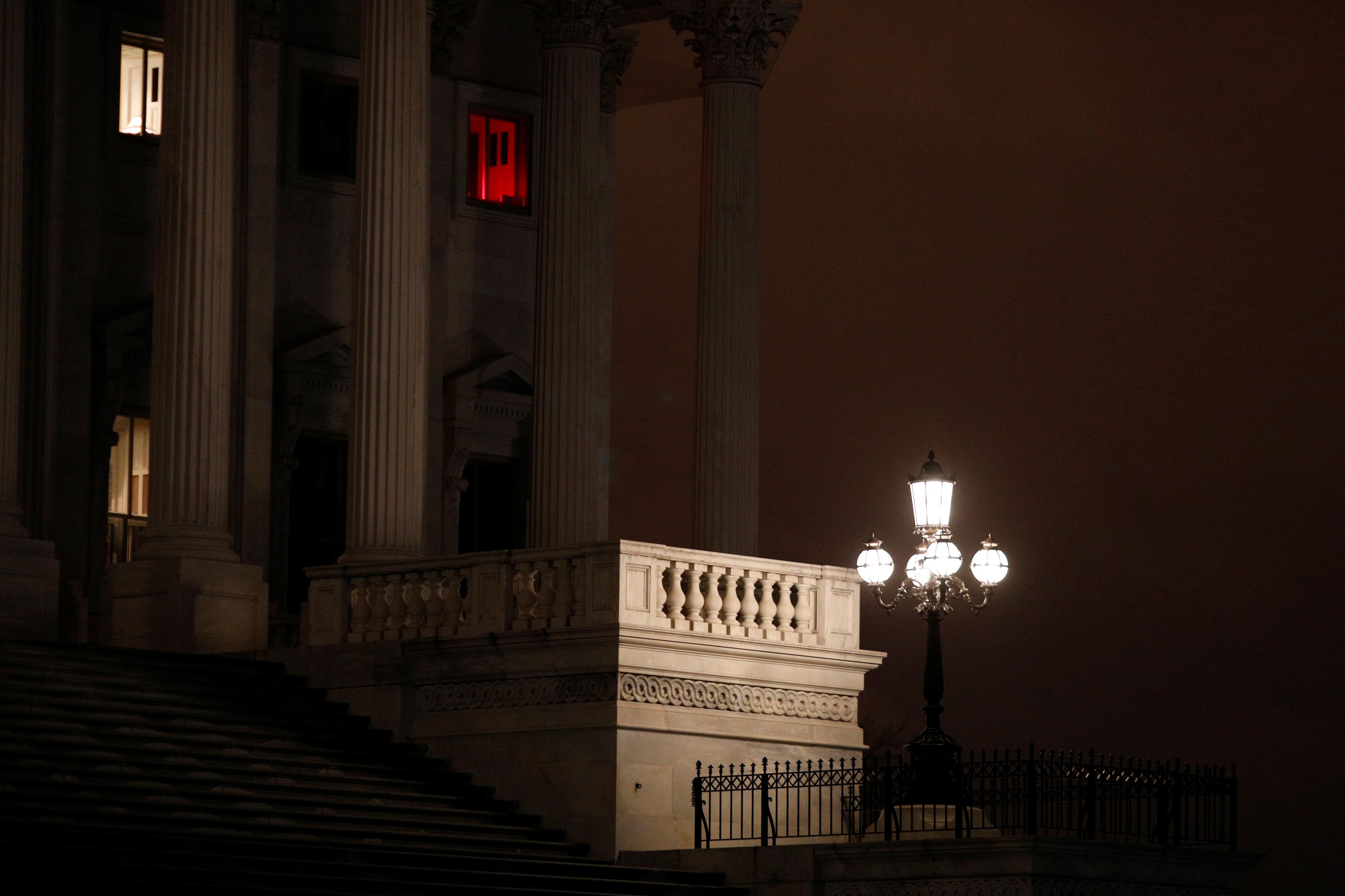 """Le Sénat américain adopte une facture de 2 billions de dollars pour la crise des coronavirus """" étranges et maléfiques ''"""