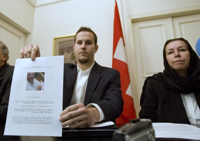 FILE PHOTO: Christine Levinson (R),  wife of former FBI agent Robert Levinson, watches as her son Daniel Levinson displays a web print of his father's picture to journalists while attending a news conference at Switzerland's embassy in Tehran December 22, 2007.  REUTERS/Morteza Nikoubazl (IRAN)