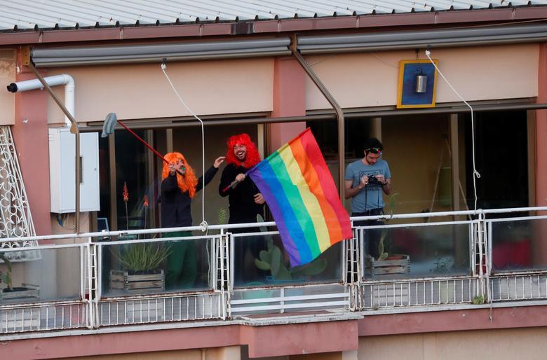 Люди стоять на балконах своїх квартир, коли відбувається флеш-моб, щоб підняти бойовий дух, після того як італійський уряд ухвалив заходи щодо обмеження руху з метою боротьби зі спалахом коронавируса в Римі, Італія, 15 березня 2020 року. РЕЙТЕР / Яру Нарди