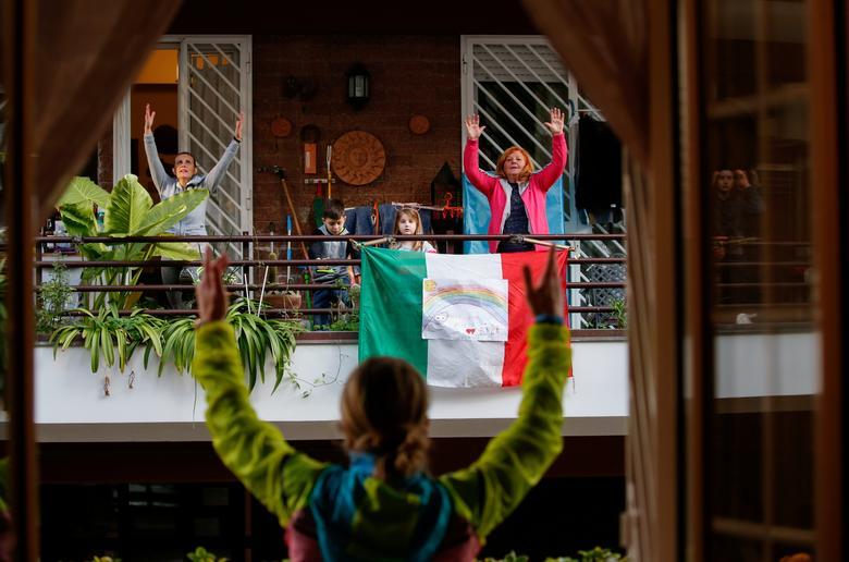 Особистий тренер Антонієтта Орсіні проводить уроки вправ для своїх сусідів зі свого балкона, в той час як італійці не можуть покинути свої будинки через спалах коронавирусной хвороби, в Римі, Італія, 18 березня 2020 року.