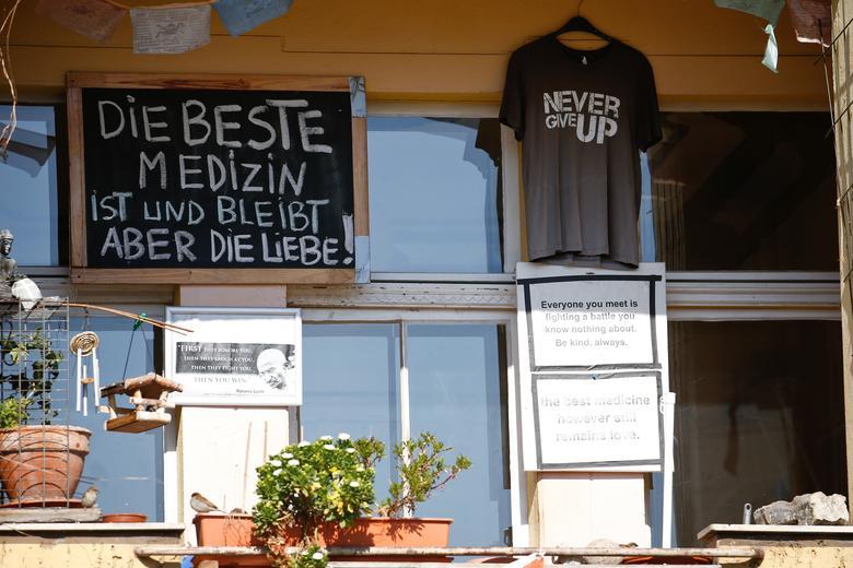 Дошка з написом «Кращі ліки є і залишається любов'ю» видна на балконі в районі Кройцберг в Берліні, Німеччина, 24 березня 2020 року. REUTERS / Michele Tantussi