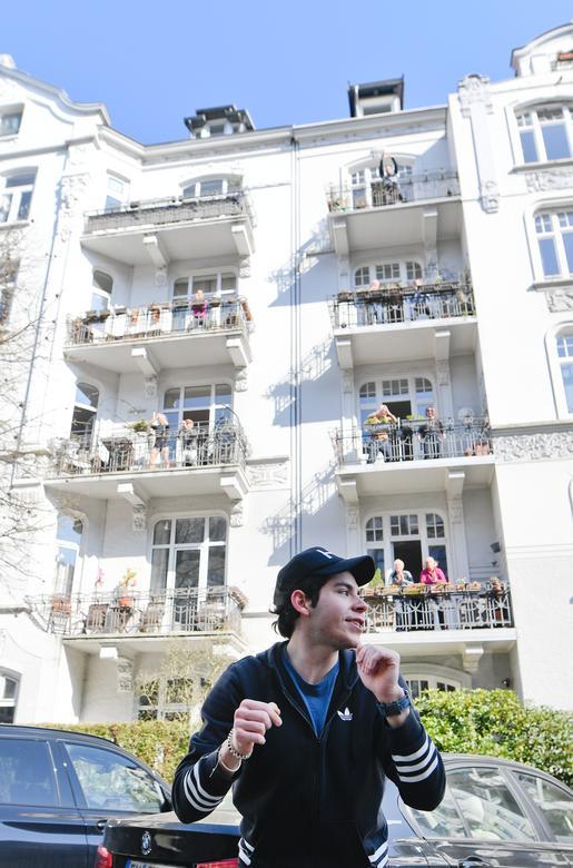 Жителі тренуються на своїх балконах відповідно до інструкцій тренера з фітнесу Патрісіо Сервантеса в Гамбурзі, Німеччина, 26 березня 2020 року. REUTERS / Fabian Bimmer