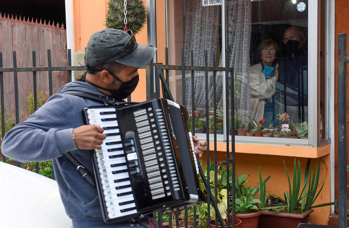 Chilean musician serenades elderly parents to beat coronavirus blues