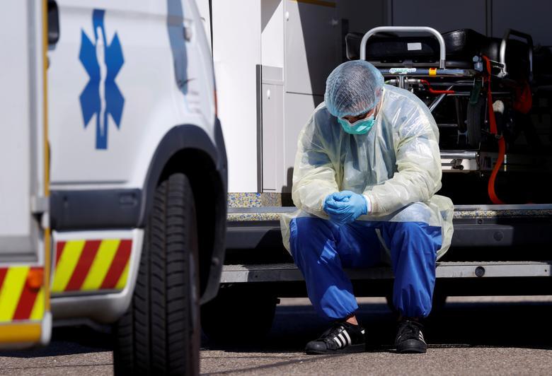 Медицинский работник в защитном снаряжении делает перерыв во время операций по переносу пациентов, инфицированных коронавирусом, из Страсбурга в Германию и Швейцарию, Франция, 30 марта 2020 года. REUTERS / Christian Hartmann