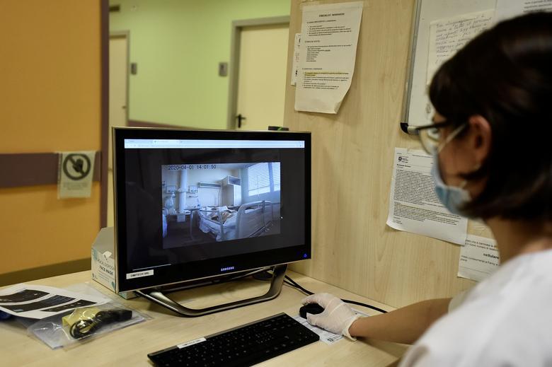 Медицинский работник смотрит на экран, на котором показаны изображения, сделанные роботом, который помогает медицинским бригадам лечить пациентов, страдающих коронавирусной болезнью (COVID-19), в больнице Circolo, в Варезе, Италия, 1 апреля 2020 года. REUTERS / Flavio Lo Scalzo