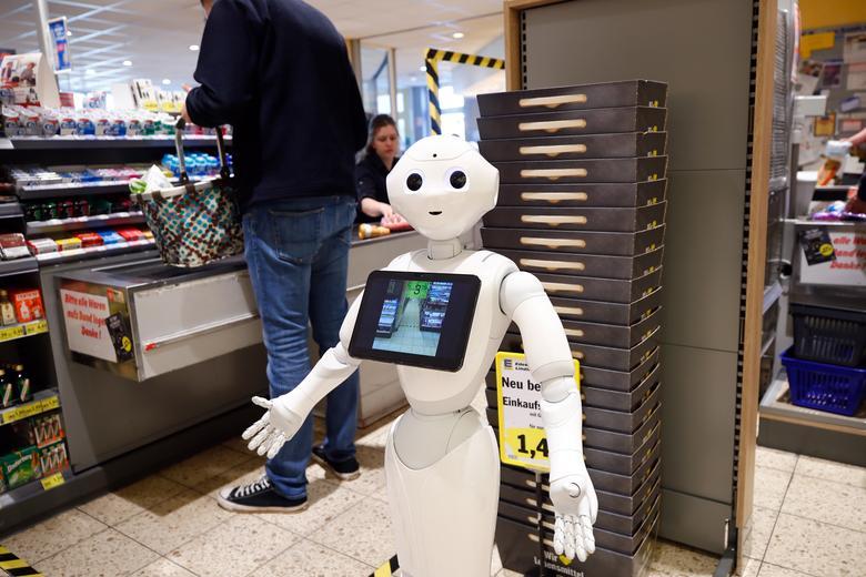Гуманоидный робот Prepper стоит у кассы в продуктовом магазине Edeka, чтобы объяснить защитные меры и содействовать солидарности друг с другом, поскольку распространение коронавирусной болезни (COVID-19) продолжается, в Линдларе, Германия, 31 марта 2020 года, REUTERS / Вольфганг Раттай