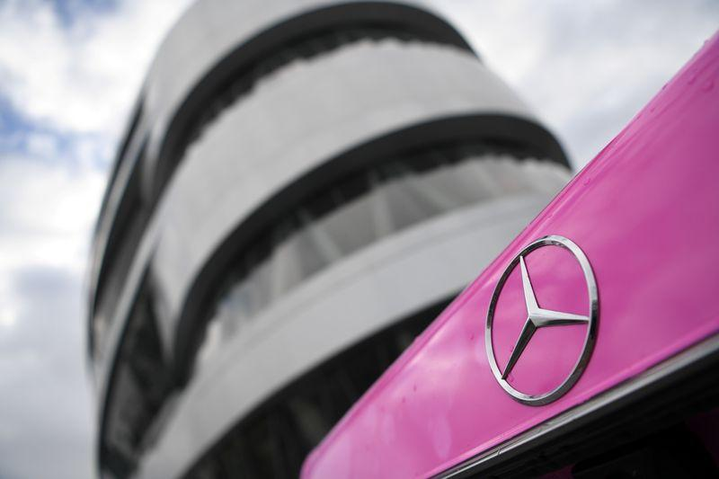 Daimler says expects Mercedes to post positive first quarter margin