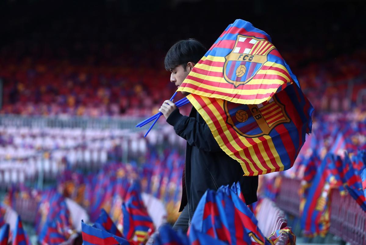 Six Barcelona directors quit, throwing club into crisis