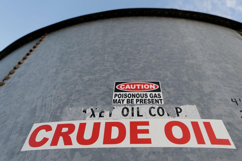 Navios, trens e cavernas: operadores procuram locais para armazenar petróleo