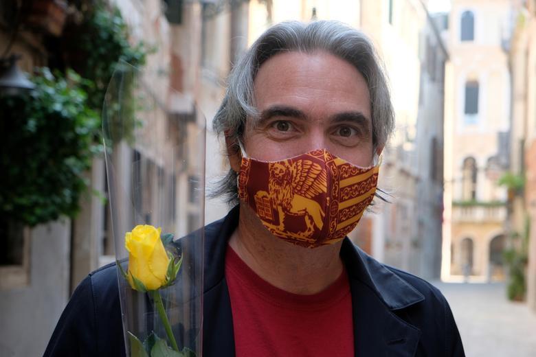 Чоловік носить персоналізовану маску з прапором Венеції, в свято його покровителя Святого Марка, в Венеції, Італія, 25 квітня 2020 року. РЕЙТЕР / Мануель Сільвестрі