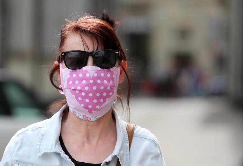 Жінка із захисною маскою видно в Ерфурті, Німеччина, 24 квітня 2020 року. REUTERS / Karina Hessland