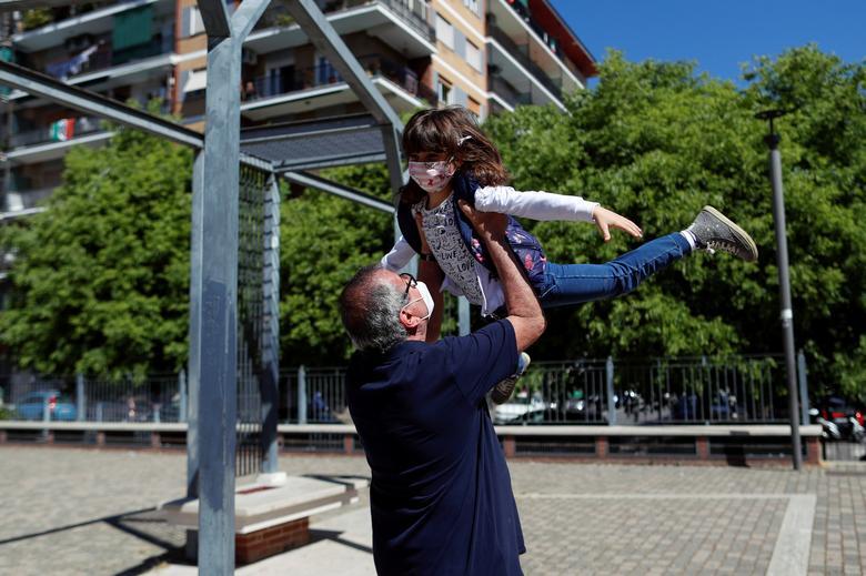 Доменико ди Масса играет со своей внучкой Сесилией впервые за два месяца после того, как Италия разрешила семьям снова увидеться в Риме, Италия, 4 мая. РЕЙТЕР / Яра Нарди