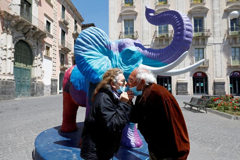 Пара поцелуев на площади Дуомо в Катании, Италия, 4 мая. РЕЙТЕР / Антонио Парринелло & nbsp; & NBSP;