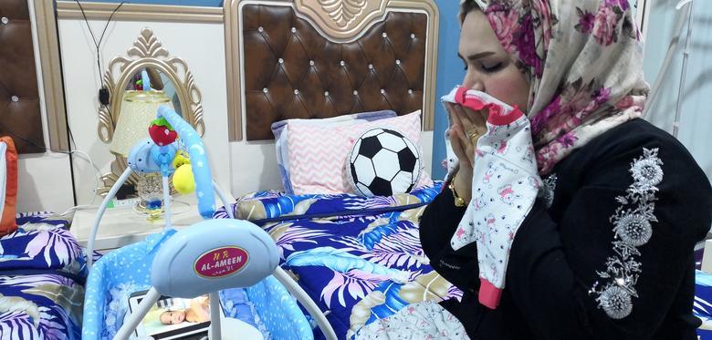 Рафіка Ібрагім Заради дивиться записане відео свого новонародженого сина в своєму будинку в Басрі, Ірак, 26 квітня 2020 року. Минуло більше місяця з того часу, як мати в останній раз бачила свого сина Сейфа. 33-річна жінка з Басри зіткнулася з важкою вагітністю з небезпечними для життя ускладненнями. Медичний персонал в її місцевій лікарні в Басрі порадив їй звернутися за лікуванням в Ахваз, Іран, де вона народила через кесарів розтин за три місяці до призначеного терміну. Рафіка залишалася поруч з новонародженим протягом 20 днів, поки медичний персонал не порадив їй повернутися в Басру, поки Сейф видужував у відділенні інтенсивної терапії новонароджених. Близько двох тижнів тому сім'я нарешті отримала хороші новини: Сейф був досить сильний, щоб повернутися до Іраку. Але на той час межа між Іраном і Іраком вже закрилася через зусиль обох урядів щодо стримування поширення коронавируса. Після закриття кордону 8 березня 2020 року двогодинна поїздка на автомобілі з Басри в Ахваз стала неможливою. РЕЙТЕР / Мохаммед Ати
