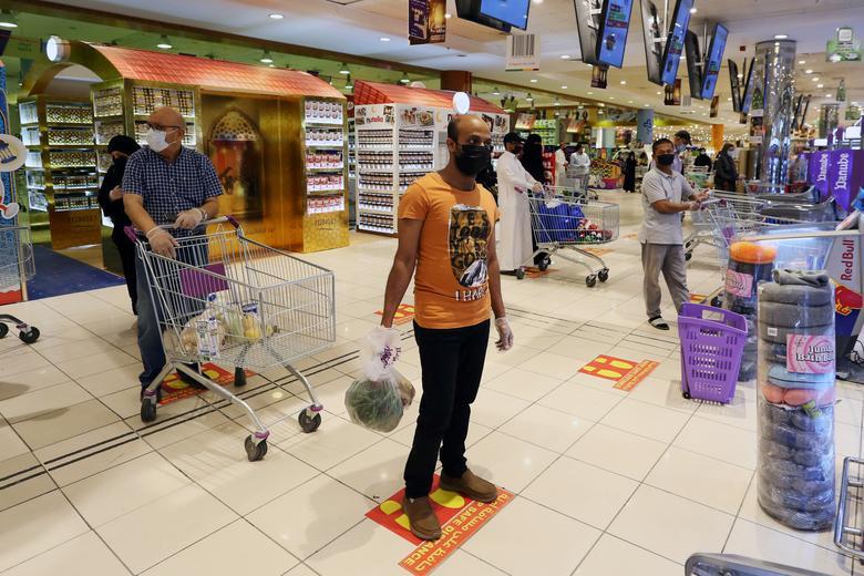 Люди йдуть за соціальними марками дистанції, коли вони шикуються в торговому центрі в Ер-Ріяді, Саудівська Аравія, 2 травня. РЕЙТЕР / Ахмед Йосрі