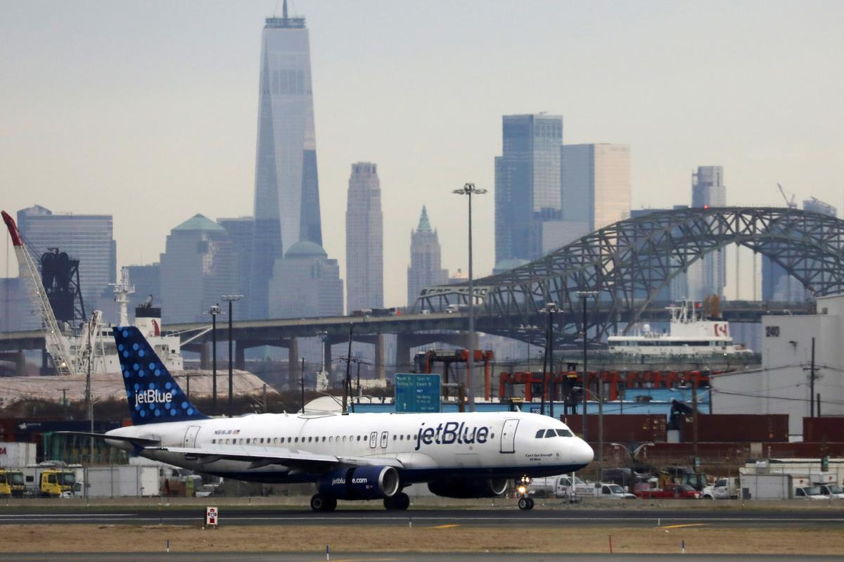 JetBlue reports loss, revises Airbus orders to save $1 billion through 2022