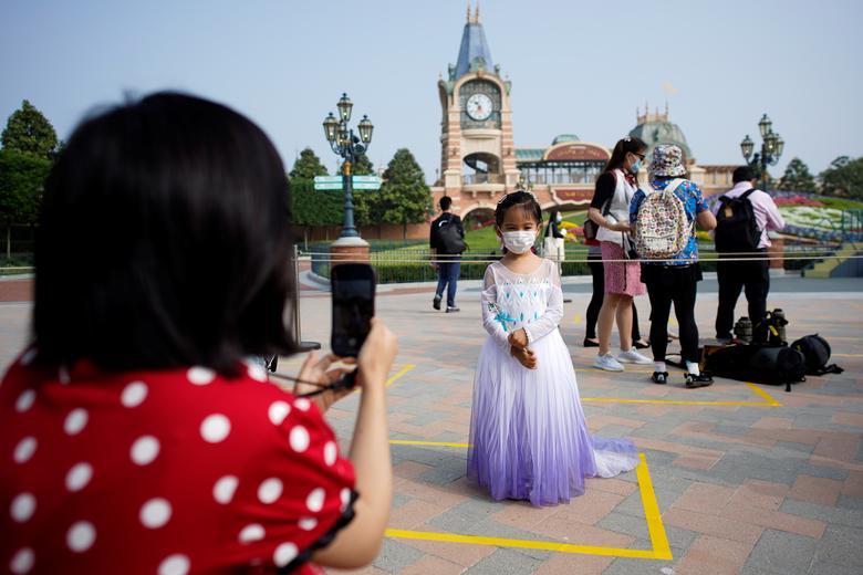 Дівчина в масці позує для картини. REUTERS / Aly Song