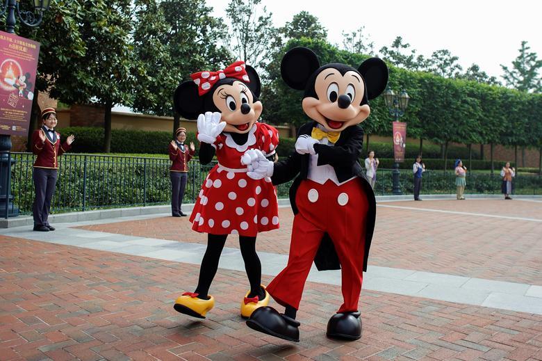 Персонажі Діснея Міккі Маус і Мінні Маус вітають гостей. REUTERS / Aly Song