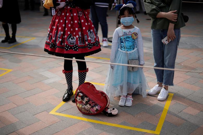 У той час як Міккі Маус приєднався до знайомих персонажів Діснея, вітаючи натовп, шанхайський досвід не буде таким, яким він був: замість парадів і феєрверків тут є обов'язкові маски, покази температури і соціальні дистанції для відвідувачів і співробітників. REUTERS / Aly Song