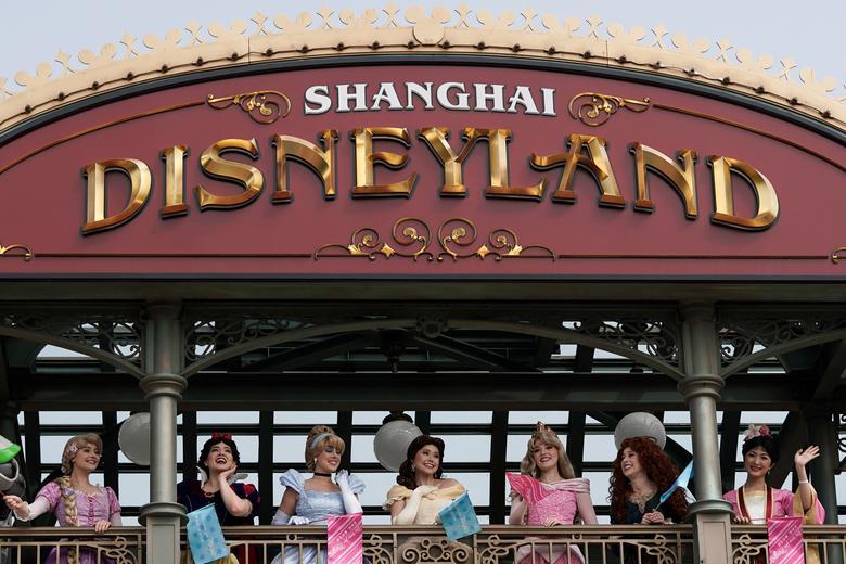 Повторне відкриття може дати уявлення про те, як Disney може почати відновлюватися після закриття, які, як передбачається, позбавлять 1,4 мільярда доларів прибутку компанії. REUTERS / Aly Song
