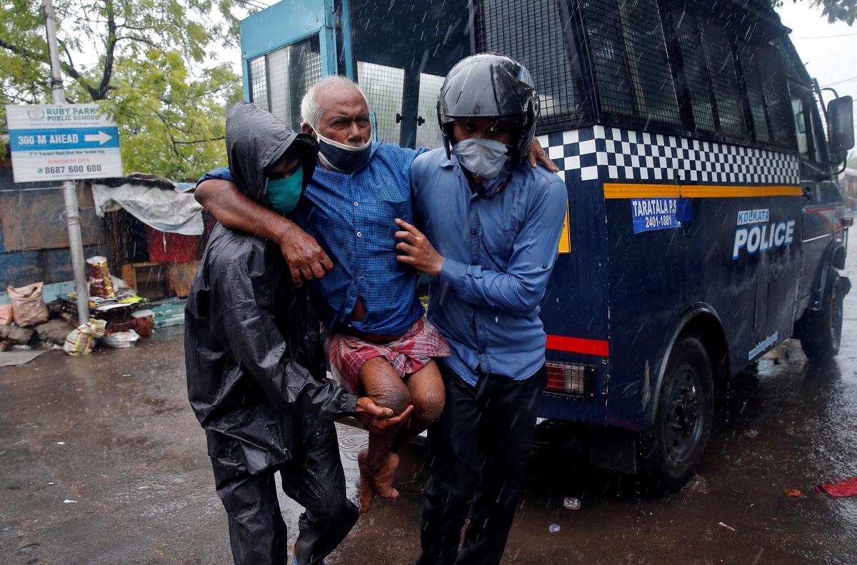 Powerful cyclone tears into India, Bangladesh, killing 5