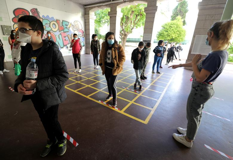 Школьники выстраиваются в очередь, когда они входят в начальную школу Simone Veil во время ее открытия в Ницце, Франция, 12 мая. REUTERS / Eric Gaillard