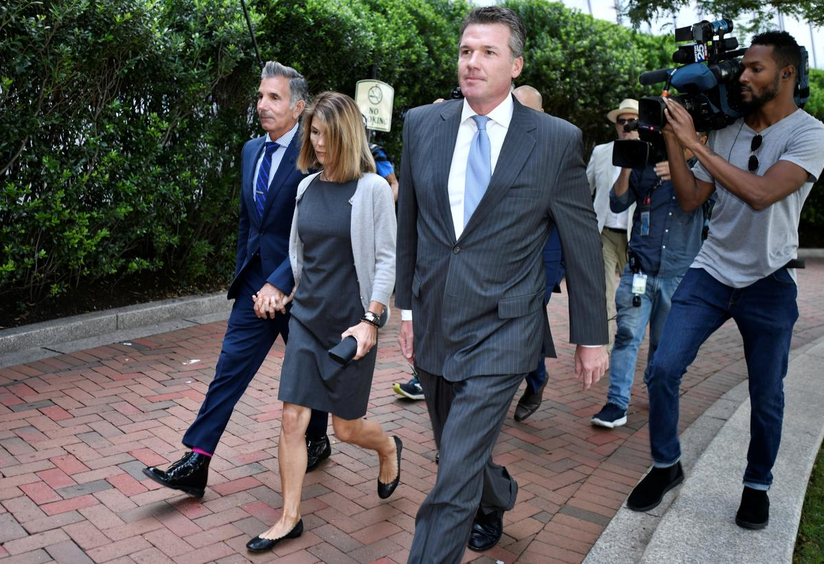 Actress Lori Loughlin, husband to plead guilty to U.S. college admissions scam