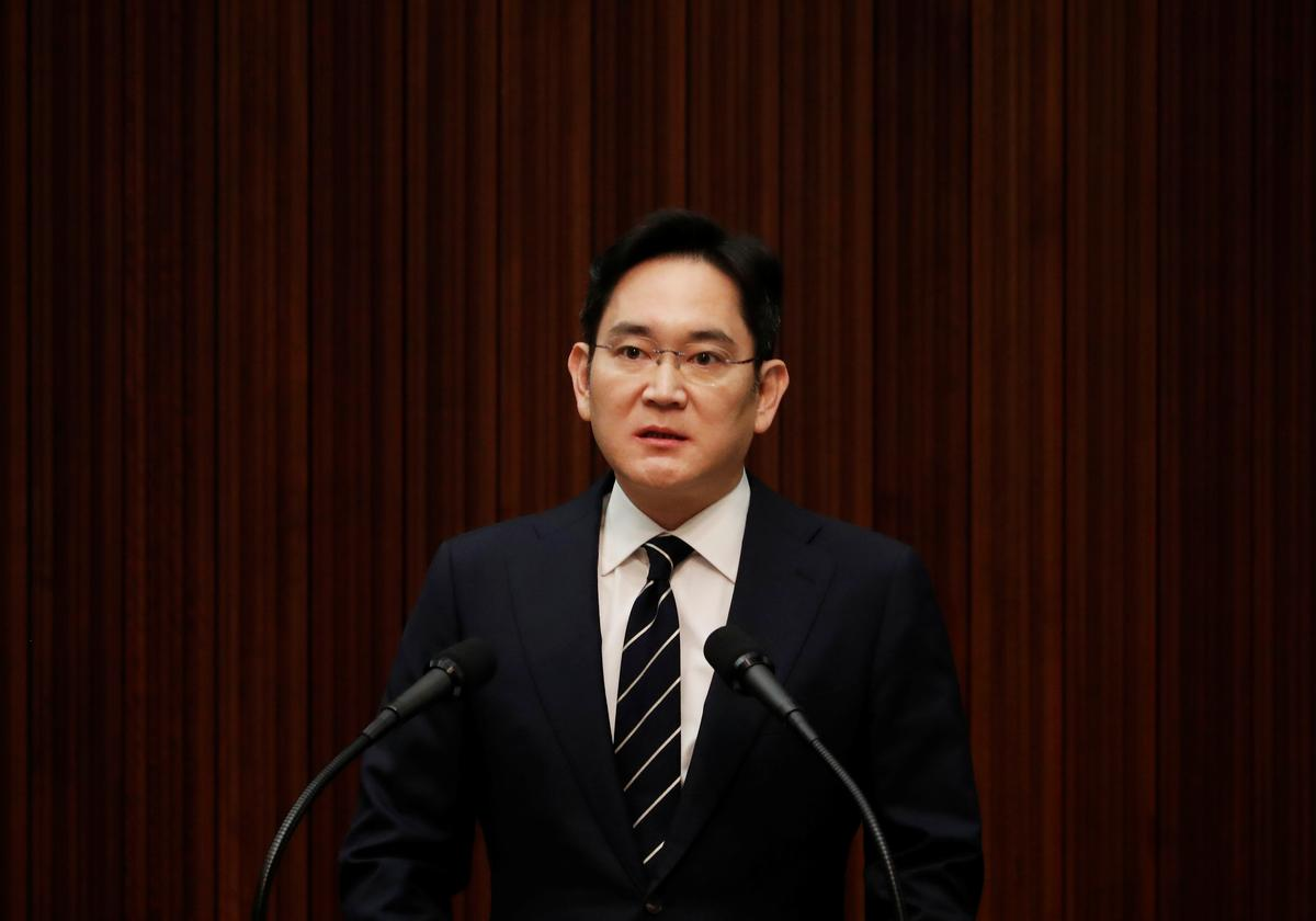 Korean prosecutors question Samsung heir in succession-related probe