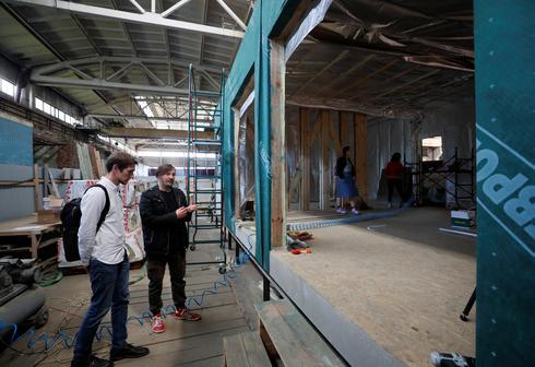 Apartment-bound Ukrainians check out portable homes