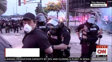 米ミネソタ州のデモ、CNN記者が生中継中に逮捕