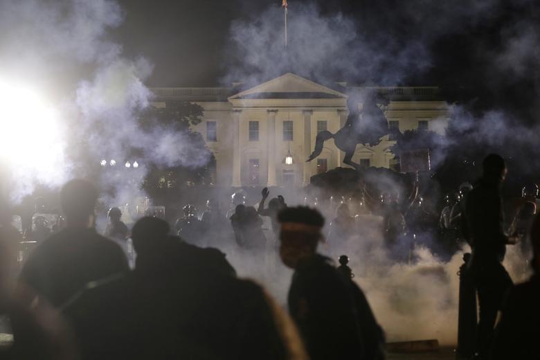 Protestocular 31 Mayıs 2020'de Washington'da George Floyd'un Minneapolis polis gözaltında ölümüne karşı Beyaz Saray'da yürüdü. & Nbsp; REUTERS / Jonathan Ernst